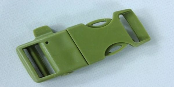 Release buckle for paracord bracelet with whistle and flint (DE)